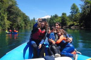 Balsa con familia en el río