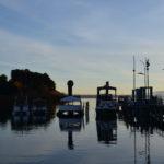 Barcos en lago y atardecer