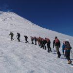 Un grupo de turistas subiendo al Volcán Villarrica