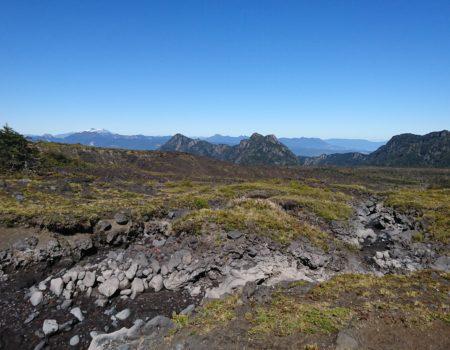 Estero y paísaje volcánico