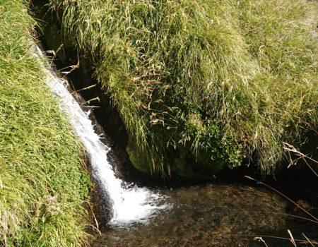 Cascada y pozo de agua