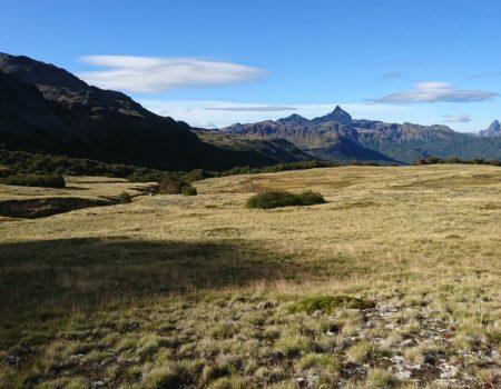 Valle de puesco y montañas al fondo
