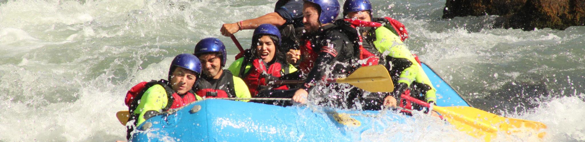 Balsa de rafting en el río Trancura