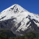 Montaña semi nevada, volcan Lanin en Chile