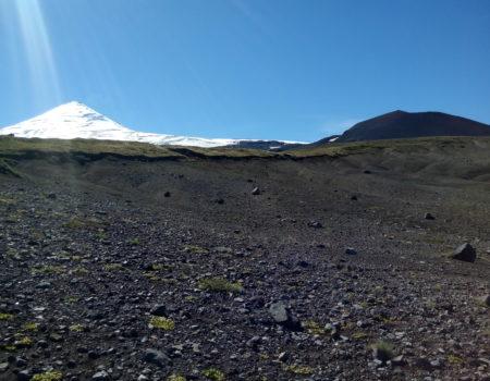 Terreno volcánico con volcán villarrica de fondo