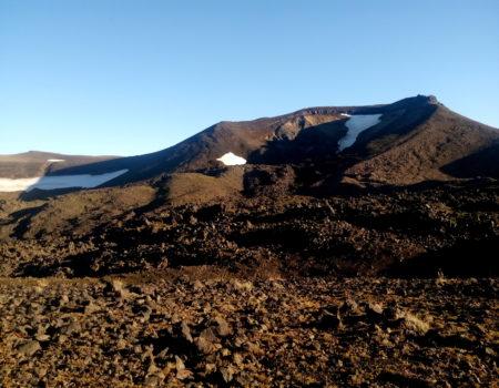 Cráter y escorial de lava en la ladera Este del volcán Quetrupillan