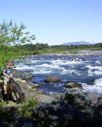 Canallos a orilla del río