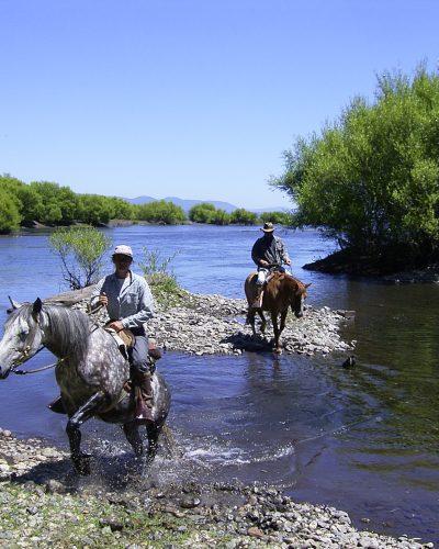 Caballos cruzando un río
