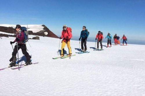 Grupo de esquiqdores practicando esqui de randonnée o touring ski